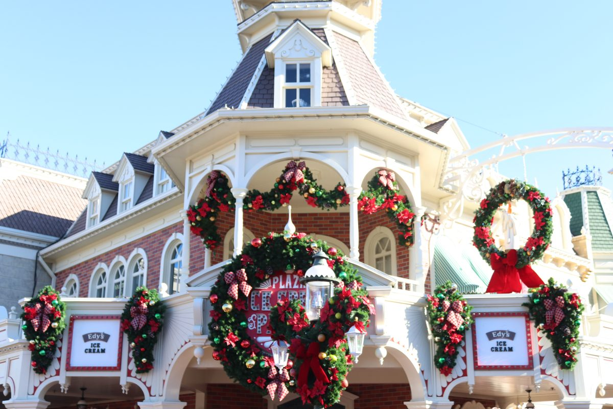Epcot International Festival of Holidays, Disney christmas, free disney fun, free disney christmas things, disney holiday decorations, walt disney world holiday