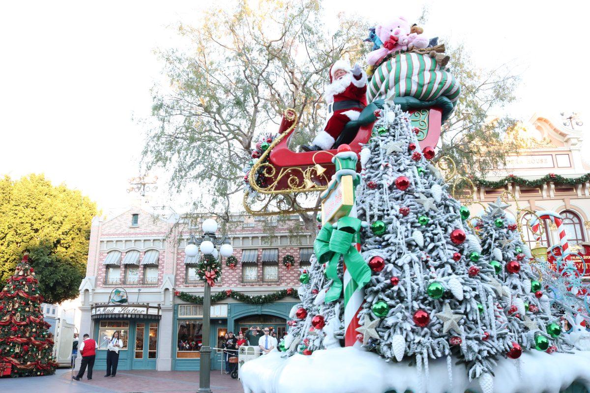 Christmas At Disneyland.Holidays At Disneyland 5 Must Do S Polka Dots And Pixie