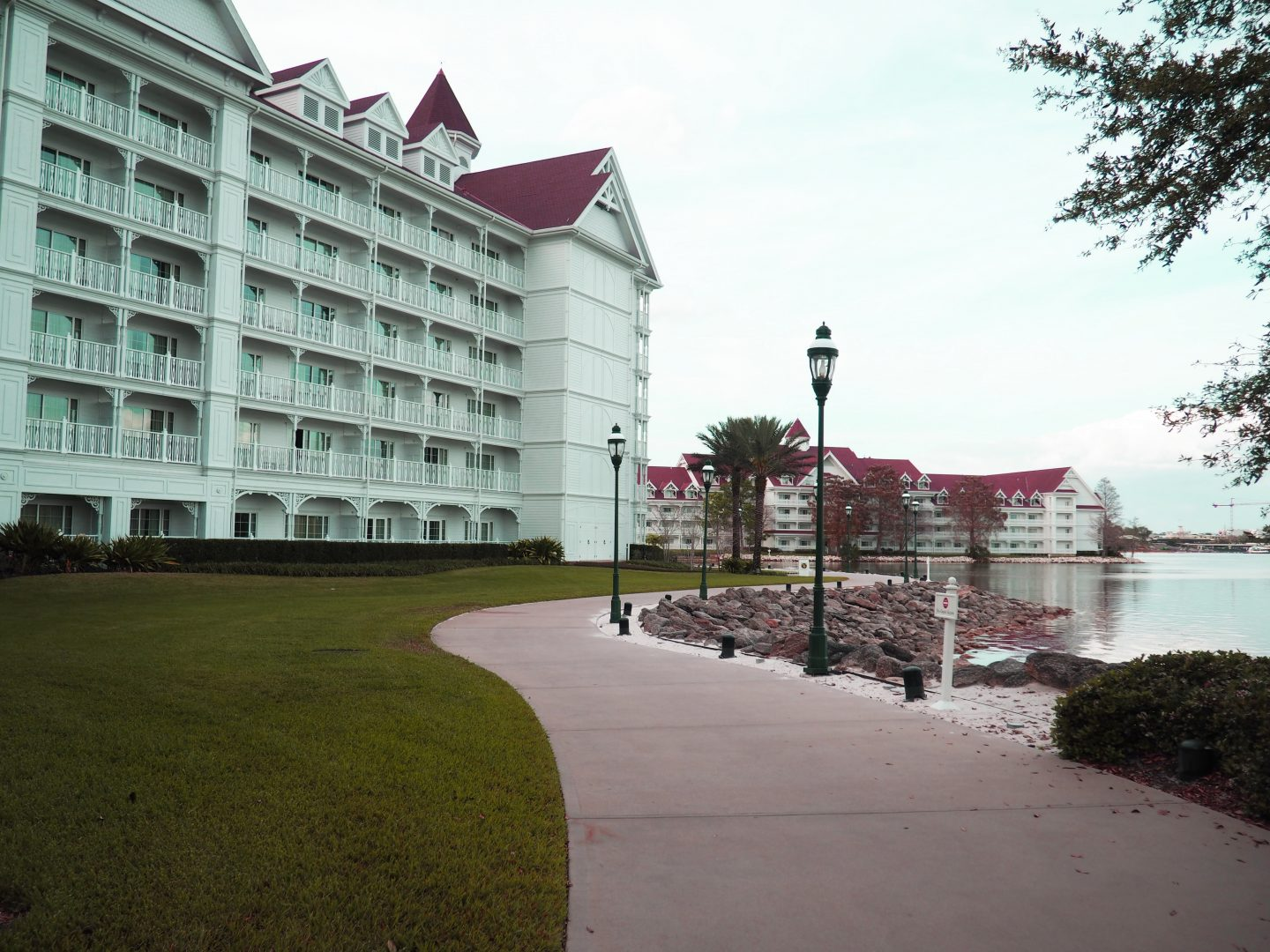grand floridian to the polynesian walking path walt disney world