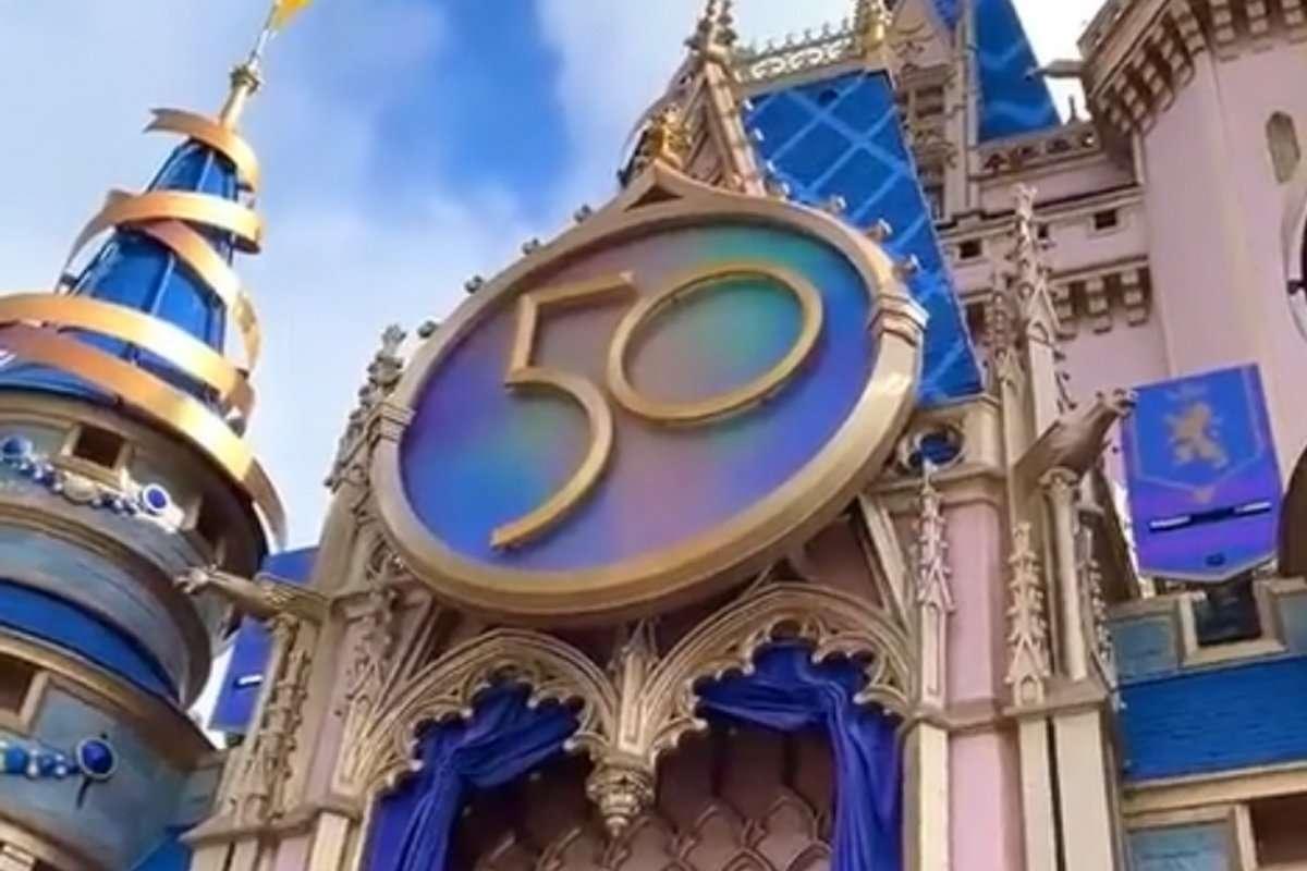 Walt disney world 50th anniversary medallion castle